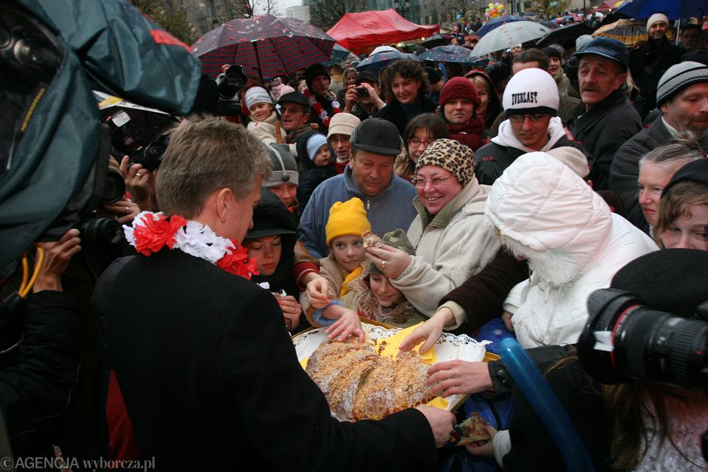 Obchody Imienin ulicy w 2006 roku. Ówczesny Prezydent miasta częstuje poznaniaków rogalem świętomarcinskim. Fot. Tomasz Kamiński / Agencja Gazeta
