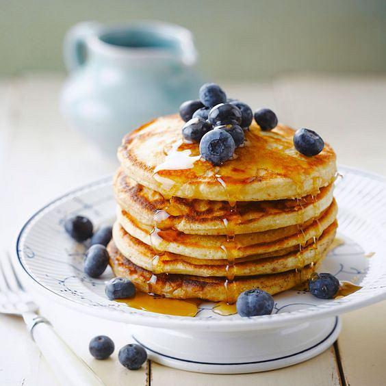 Pancakes z syropem klonowym lub miodem szybko zaspokoją głód.