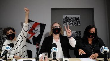 Konferencja prasowa Ogólnopolskiego Strajku Kobiet, na zdjęciu od lewej: Klementyna Suchanow, Marta Lempart i Agnieszka Czerederecka