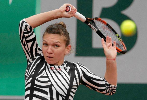 Tennis - French Open - Roland Garros - Simona Halep of Romania v Ssmantha Stosur of Australia - Paris, France - 31/05/16.  Halep returns a shot. REUTERS/Jacky Naegelen SLOWA KLUCZOWE: :rel:d:bm:LR1EC5V0W2T72