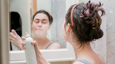 Spryskaj twarz lakierem do włosów. Efekt cię zaskoczy! To ratunek w kryzysowej sytuacji (zdjęcie ilustracyjne)