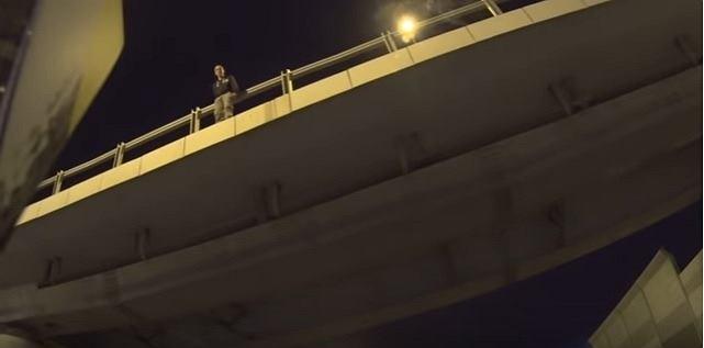Motocyklista uratował niedoszłego samobójcę. Wszystko nagrała kamera.