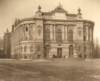 Gmach Politechniki Warszawskiej na fotografii z 1916 r. [w:] album Warschau 1916 (w zbiorach Gabinetu Rycin BUW)