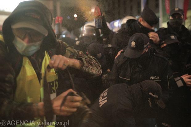 Strajk Kobiet - pokojowa pikieta przeciw zaostrzaniu prawa aborcyjnego. Policja potraktowała demonstrantów gazem. Warszawa, 11 listopada 2020