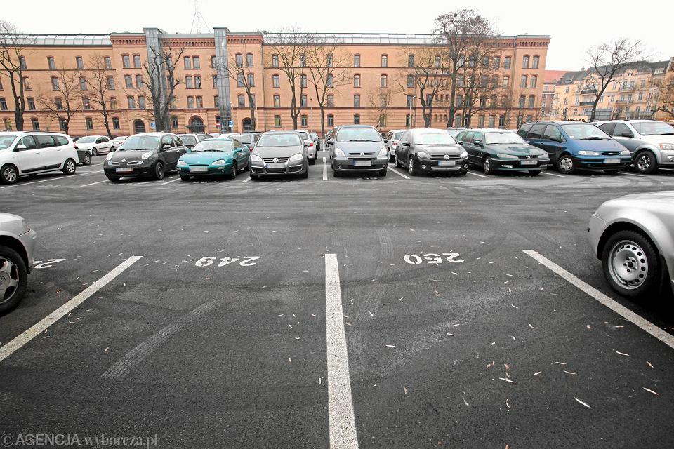 Policyjny parking przy ul. Szylinga w Poznaniu. Prezent od miasta