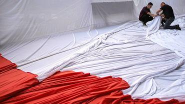 Rozwieszanie flagi na katowickim Spodku