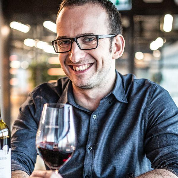 Wojciech Cyran Ambasador Jacob's Creek w Polsce zWSET 4Diploma. Pracuje zwinem od 10lat. Zdobywał winiarskie doświadczenie we Francji, wAustralii, Nowej Zelandii iwPolsce.