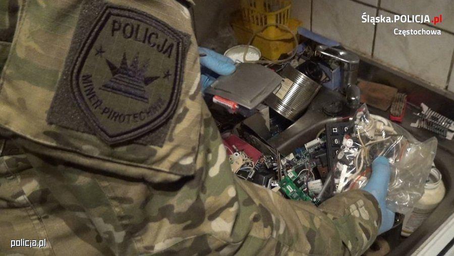 Mieszkaniec Częstochowy groził podłożeniem bomb w urzędach. W mieszkaniu miał prekursory bomb