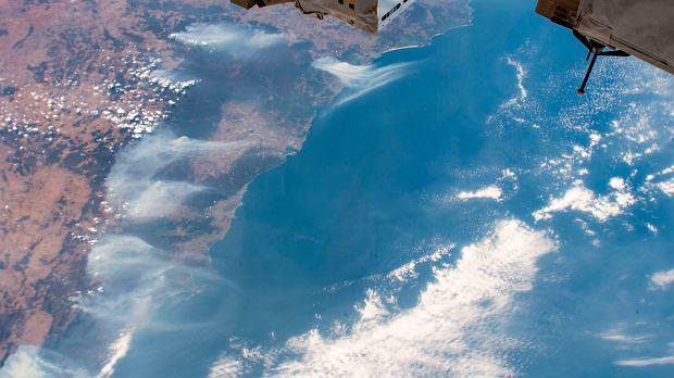 Australia. Pożary widać z kosmosu. Zdjęcie zrobione z pokładu Międzynarodowej Stacji Kosmicznej.