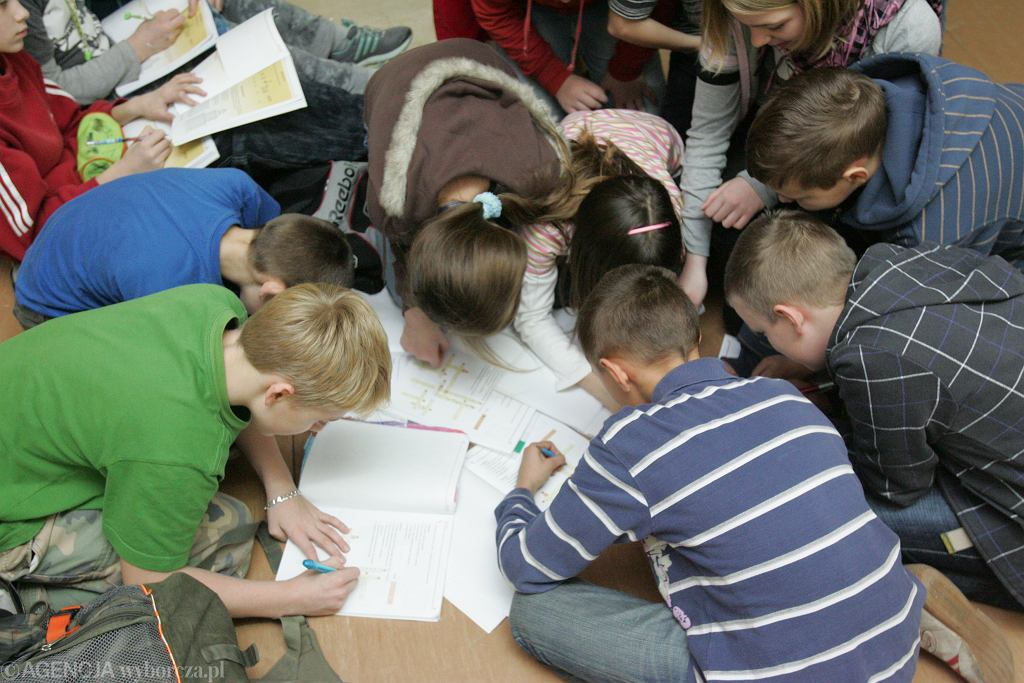 Nadmiar kartkówek, sprawdzianów czy zadań domowych powoduje, że dzieci funkcjonują w przewlekłym stresie, a ten zabija efektywne uczenie się. Odbija się też to na ich relacjach z rodzicami, którzy ślęczą z nimi nad zadaniami i którym nierzadko puszczają przy tym nerwy