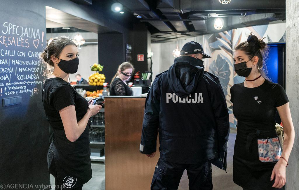 Policja w restauracji Bulkes - otwartej mimo rządowych obostrzeń. Katowice, 15 stycznia 2021