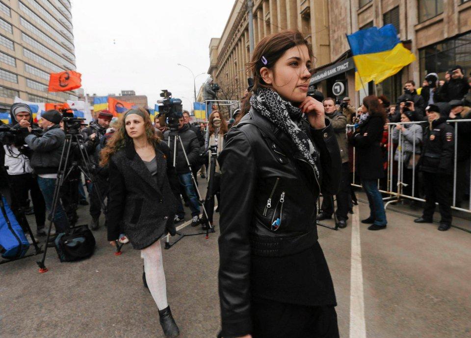 W Marszu Pokoju w Moskwie aktywnie wzięły udział Maria Alochina (z tyłu) i Nadieżda Tołokonnikowa członkinie Pussy Riot, amnestionowane przez Putina i wypuszczone  z łagru przed IO w Soczi.