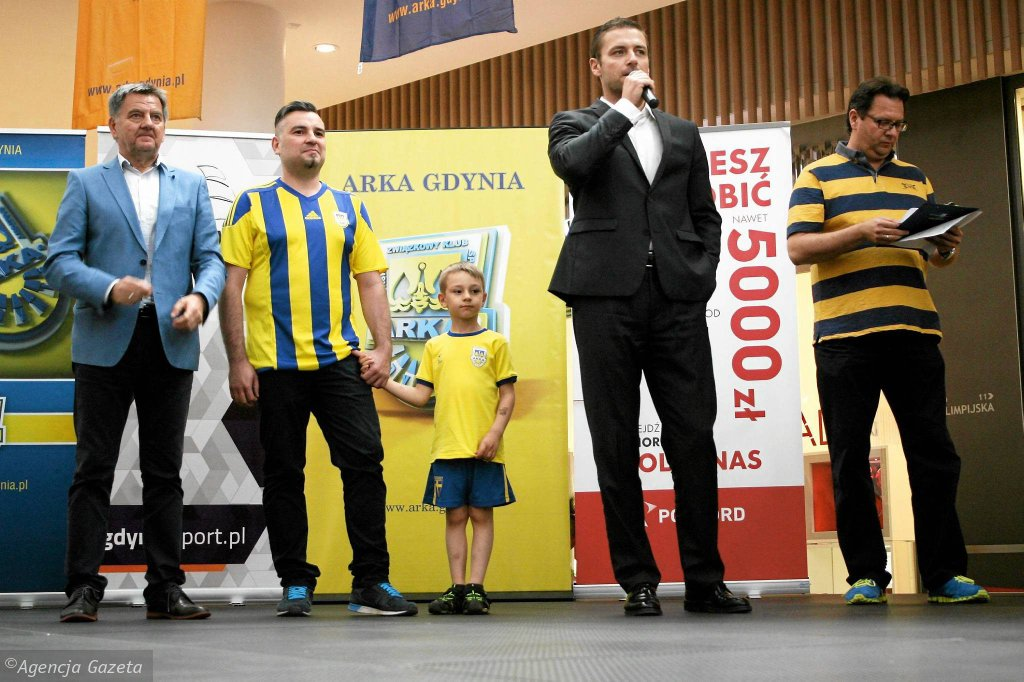 Prezentacja Arki Gdynia. Przemawia prezes Wojciech Pertkiewicz, na zdjęciu z lewej Edward Klejndinst, dyrektor sportowy Arki
