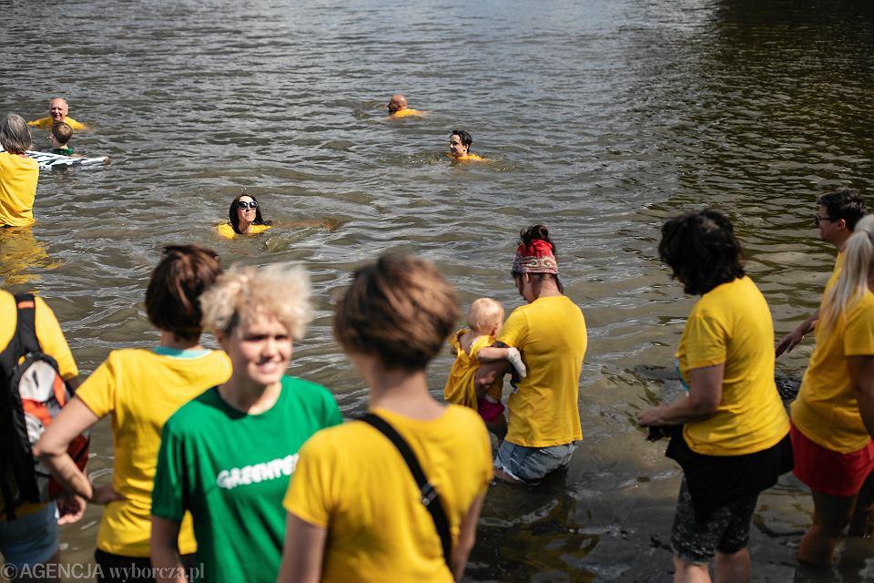 Akcja ekologów Big Jump nad Wisłą w Warszawie