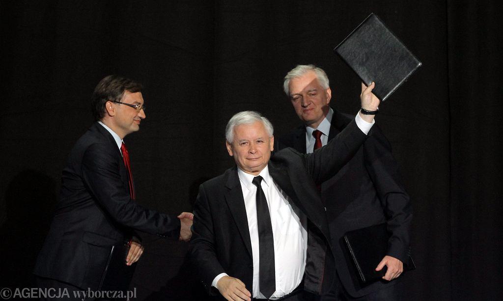Jarosław Kaczyński, Jarosław Gowin i Zbigniew Ziobro podpisują 'porozumienie na prawicy'. Warszawa, 19 lipca 2014