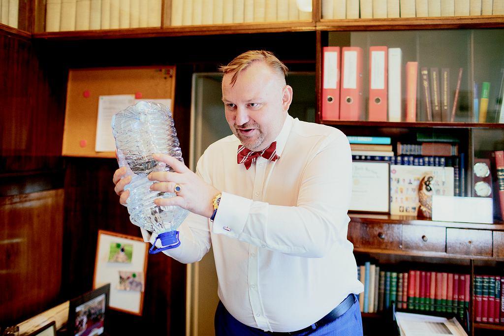 Ta butelka to pomoc naukowa. Profesor Radziszewski na niej omawia pracę pęcherza.