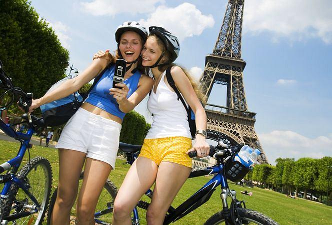 Paryż. Rowerzystki pod Wieżą Eiffla