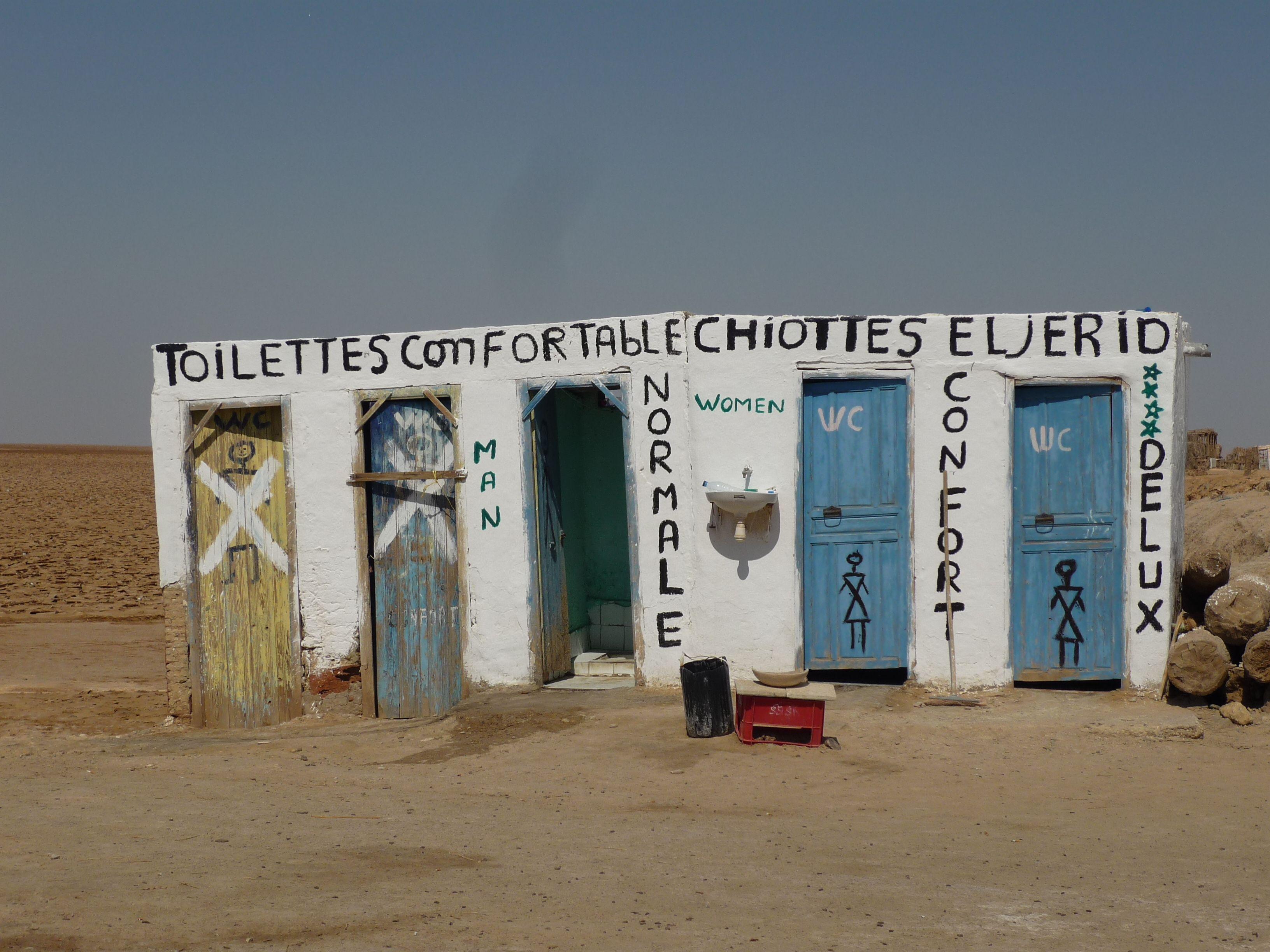 Dwie trzecie ludzi na świecie nie ma dostępu do bezpiecznej toalety. Te szalety na pustyni w Tunezji nie tylko istnieją, ale uznawane są za 'wygodne' / Fot. Anais Vergnes/Shutterstock.com