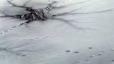 Tragiczny wypadek w zachodniopomorskim. Pod wędkarzami pękł lód