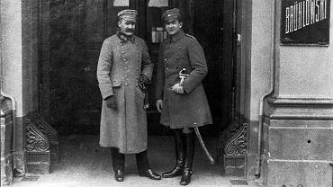 Józef Piłsudski i Bolesław Wieniawa-Długoszowki w listopadzie 1918 r. przed bramą hotelu Bruhlowskiego przy ul. Niecałej