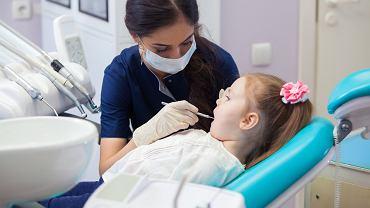 Lapisowanie zębów u dzieci to jedna z możliwych metod leczenia próchnicy mleczaków.