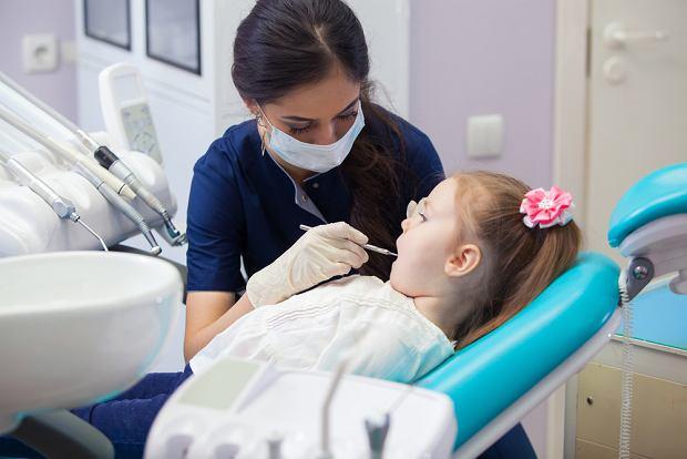 Lapisowanie zębów u dzieci - kiedy się je wykonuje? Zalety i wady