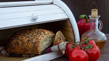 Włóż do chlebaka saszetkę z żelem, którą dodaje się do pudełek po butach. Efekt cię zaskoczy