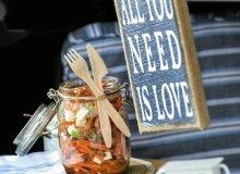 Sałatka z marchewką, rodzynkami, natką i pikantnym dressingiem - ugotuj
