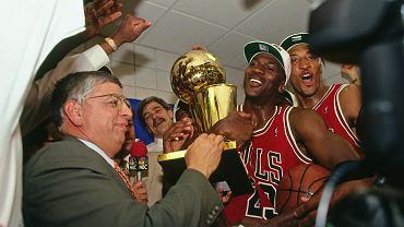 1993 r., feta po zwycięskim 6. meczu finałów NBA. Chicag Bulls pokonali Phoenix Suns. Komisarz NBA David Stern wręcza Jordanowi puchar. Kadr z serialu 'Ostatni taniec'.