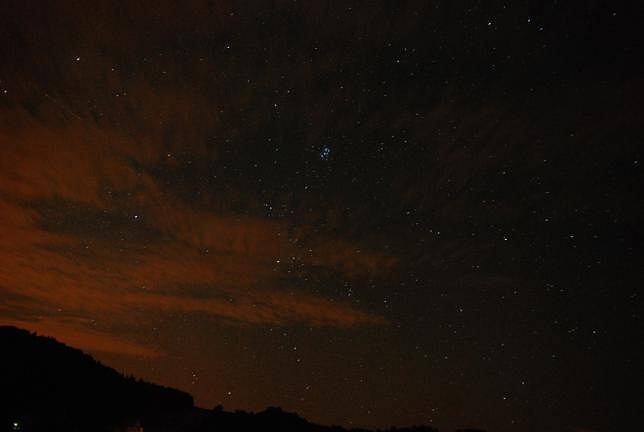 Na zdjęciu widoczne Plejady i zanieczyszczenie sztucznym światłem