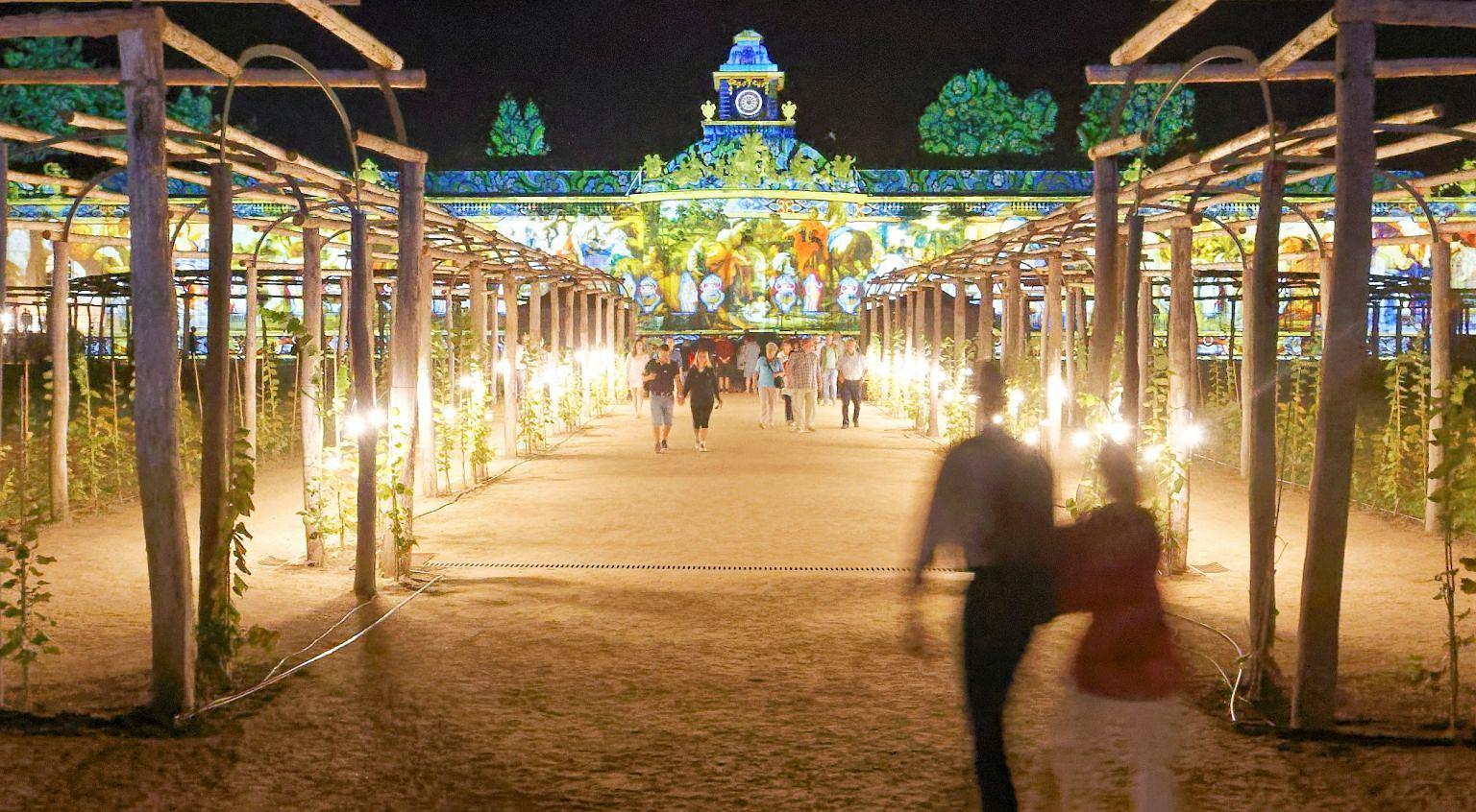Oświetlona galeria obrazów w Noc Pałaców