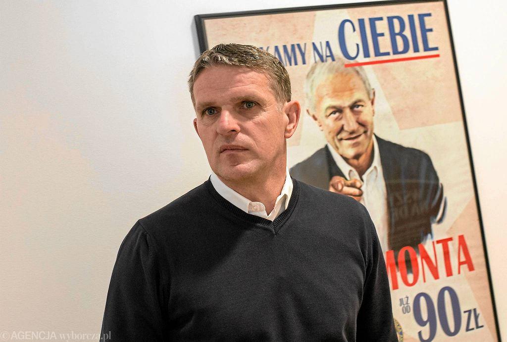 Nowy trener Wisły Kraków Kazimierz Moskal. Jego poprzednik, Franciszek Smuda (na plakacie) stracił posadę po serii porażek