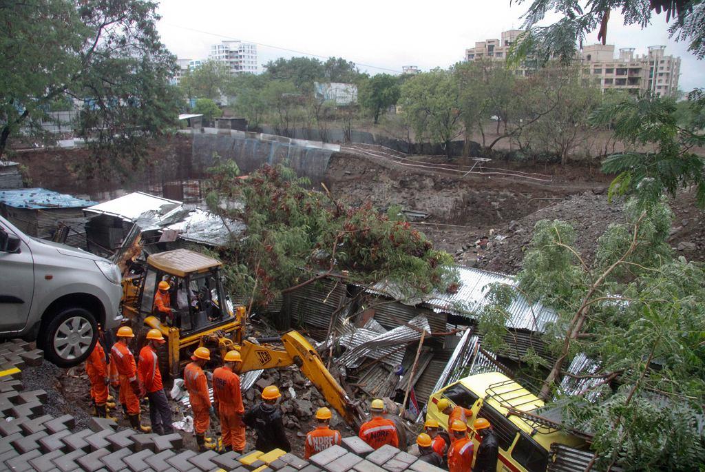 Indie. 23-metrowy mur zawalił się na domy robotnków