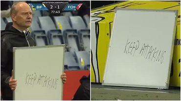 Trener Broendby Niels Frederiksen pokazywał napis 'Keep Attacking' na tablicy piłkarzom podczas meczu z FC Midtjylland