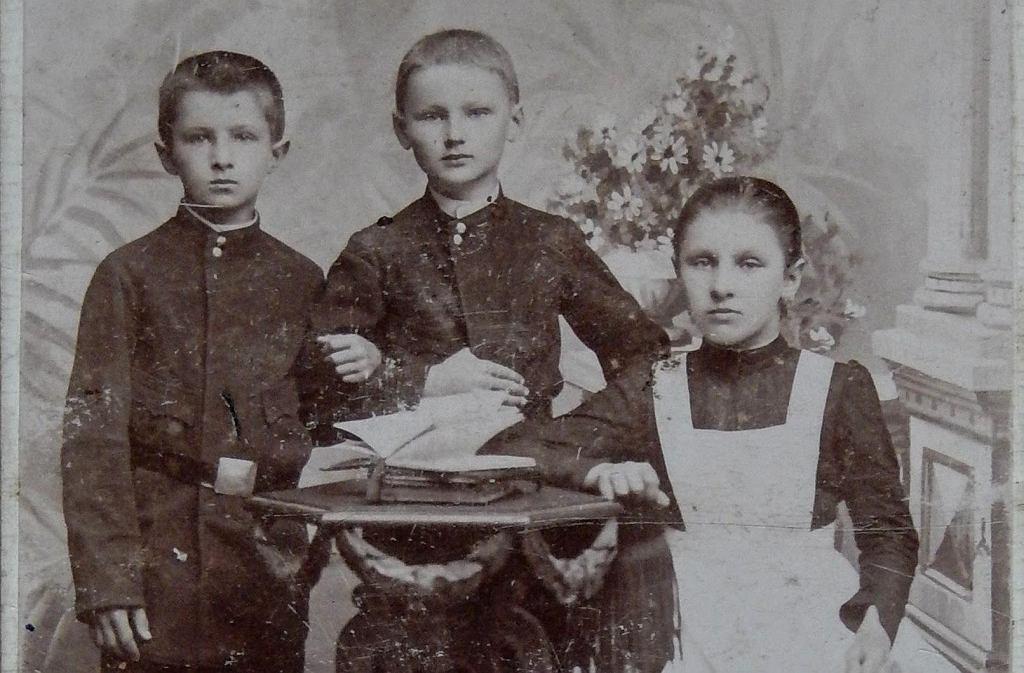 Rodzeństwo Bellertów w szkolnych mundurkach w 1897 r. Od lewej: 10-letni Józio, rok młodszy Piotr i rok starsza Helenka