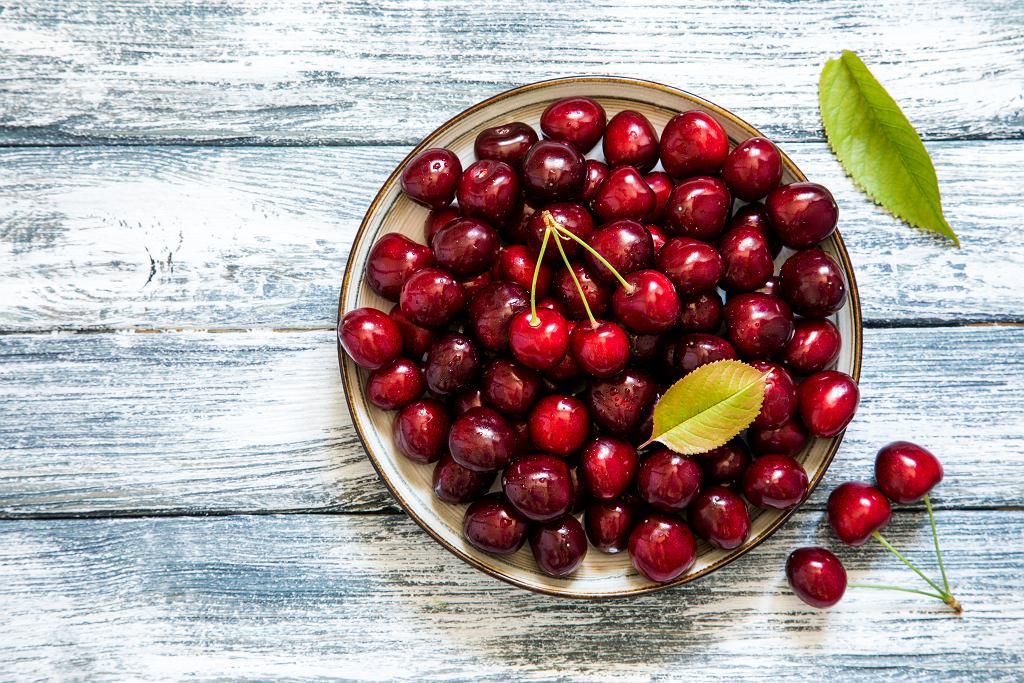 Czereśnie to bardzo zdrowe owoce. Można z nich przygotować pyszne ciasto lub orzeźwiające smoothie.