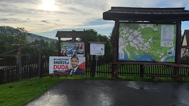 Banery wyborcze Andrzeja Dudy przed publicznymi instytucjami. 'To jawne łamanie prawa'