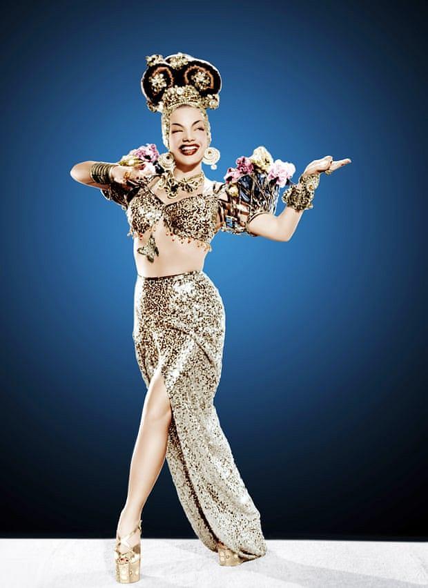 Carmen Miranda w złotych butach na platformie