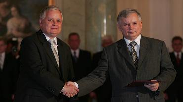 Prezydent Lech Kaczyński (z lewej) desygnuje Jarosława Kaczyńskiego na premiera rządu. Warszawa, 10 lipca 2006