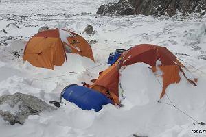 Śnieżyca na K2. Gołąb schodzi do bazy. Małek i Chmielarski wyruszyli do obozu pierwszego