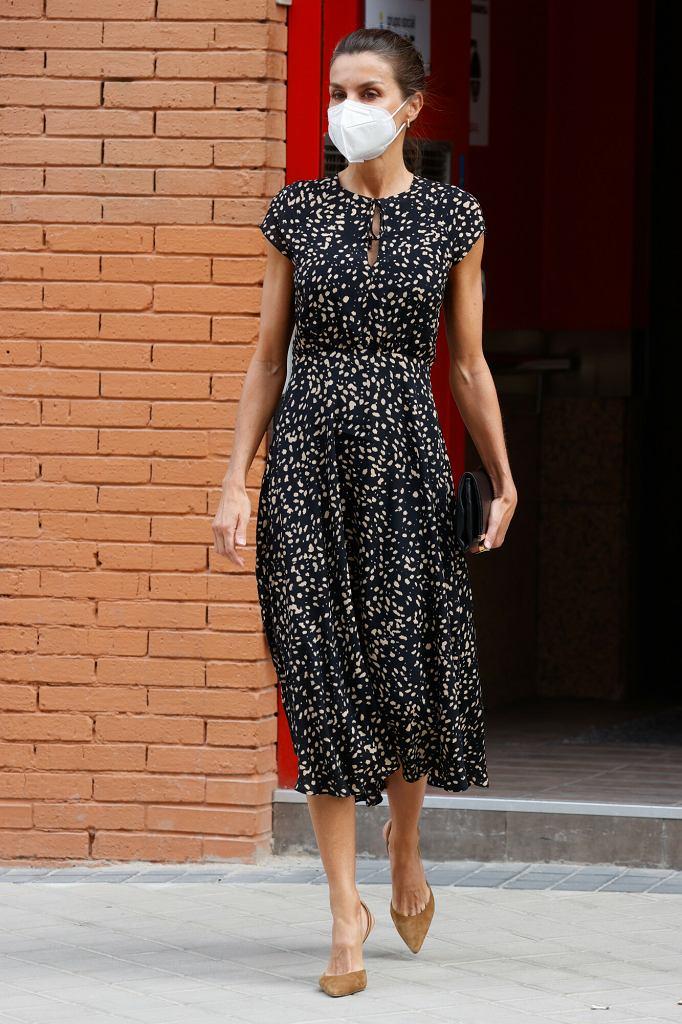 Królowa Letizia w nakrapianej sukience