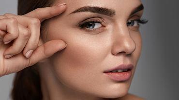 Kształt brwi - fluffy, undone, straight, a może no brows? Trendy 2021. Zdjęcie ilustracyjne