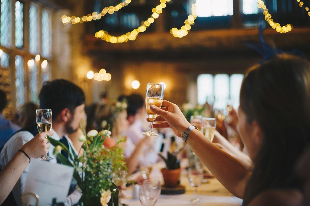 W Stalowej Woli weselnicy zakazili się koronawirusem. Podobna sytuacja była także w Rzeszowie. Zdjęcie ilustracyjne