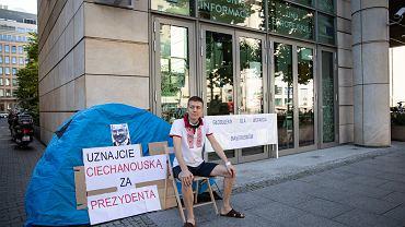 Maksym Czerniawski, uchodźca polityczny z Białorusi rozpoczyna głodówkę przed biurem Komisji Europejskiej w Warszawie