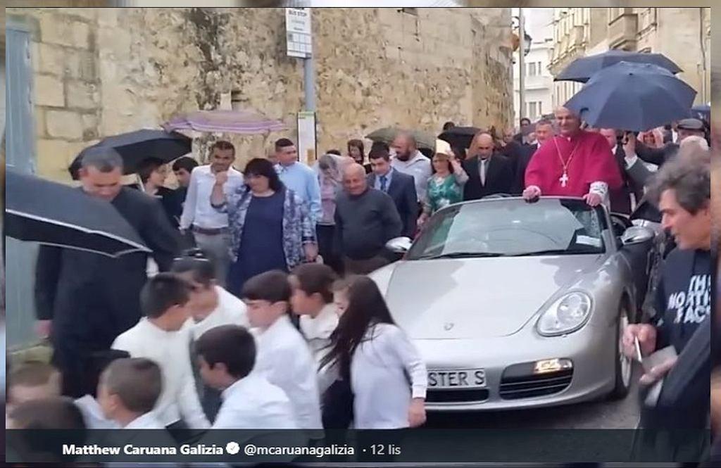 Ksiądz procesję przejechał w porshe. Samochód na linach ciągnęły dzieci