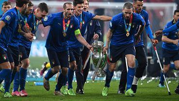 Euro 2020. Giorgio Chiellini i Leonardo Bonucci dźwigają zdobyte przez Włochy trofeum
