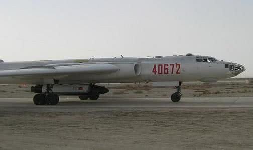 Jedyne zdjęcie domniemanego chińskiego bezzałogowego wahadłowca Shenlong, podwieszonego pod bombowiec H-6