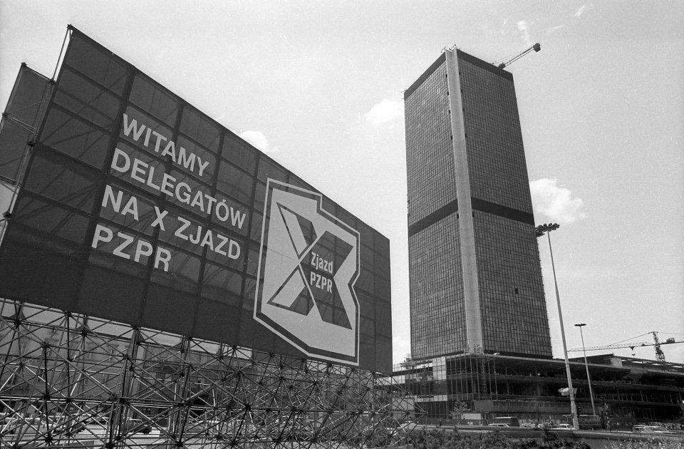 Dekoracje na zjazd PZPR w 1986 r. W tle wieżowiec, gdzie dziś mieści się Marriott
