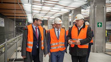 Prezydent Warszawy Rafał Trzaskowski, Vazil Hudak, wiceprzewodniczący Europejskiego Banku Inwestycyjnego oraz Jerzy Lejk, prezes Metra Warszawskiego na budowie stacji metra Płocka