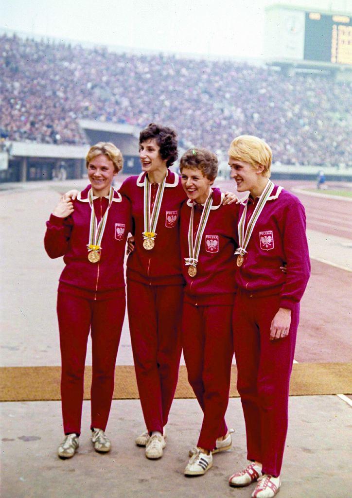 Teresa Ciepły, Irena Szewińska, Halina Grecka, Ewa Kłobukowska po zdobyciu złotego medalu w sztafecie 4 x 100 metrów